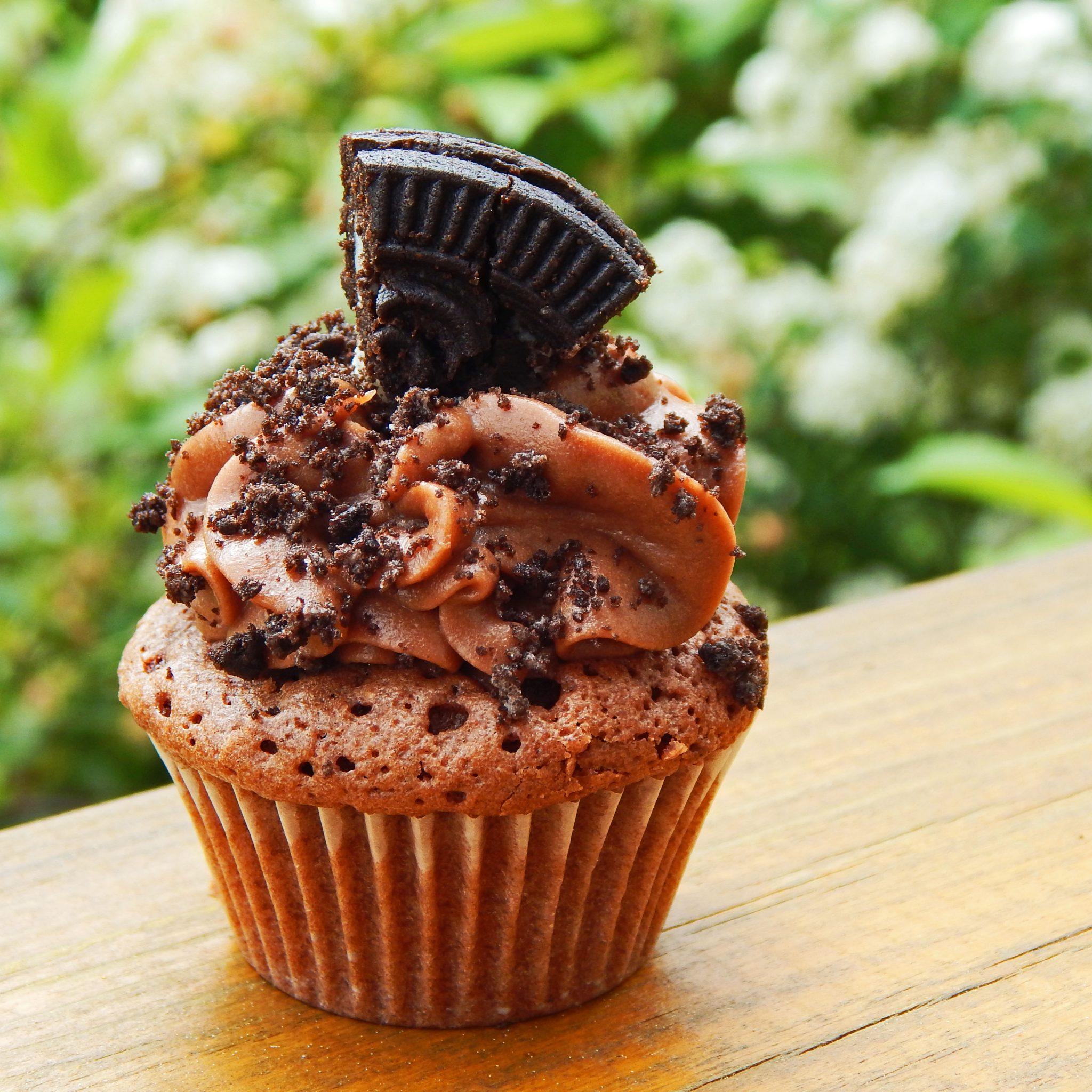 Schoko-Cupcake mit Oreo-Bröseln