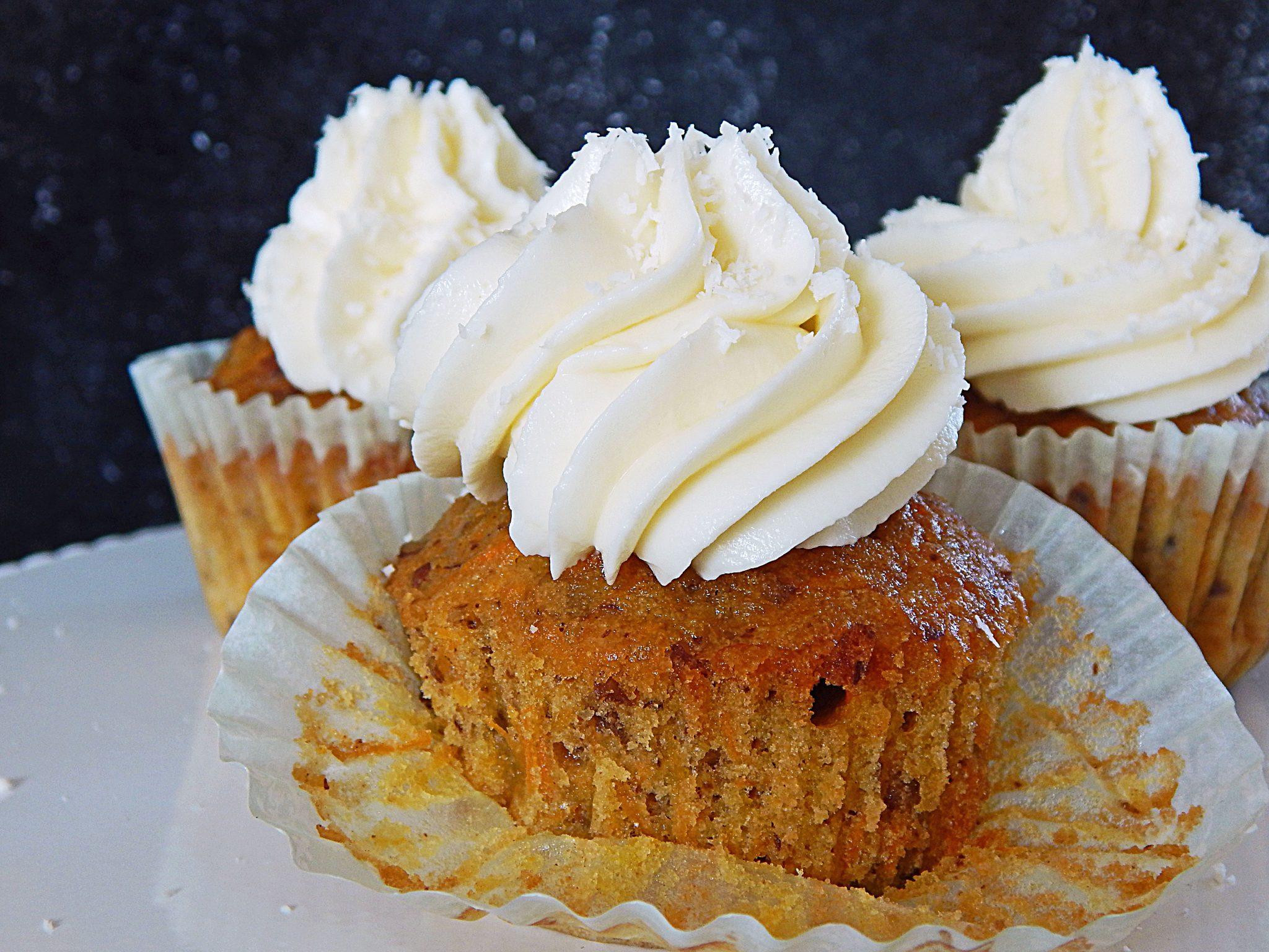 Karottencupcakes mit Frischkäse-Kokos-Frosting