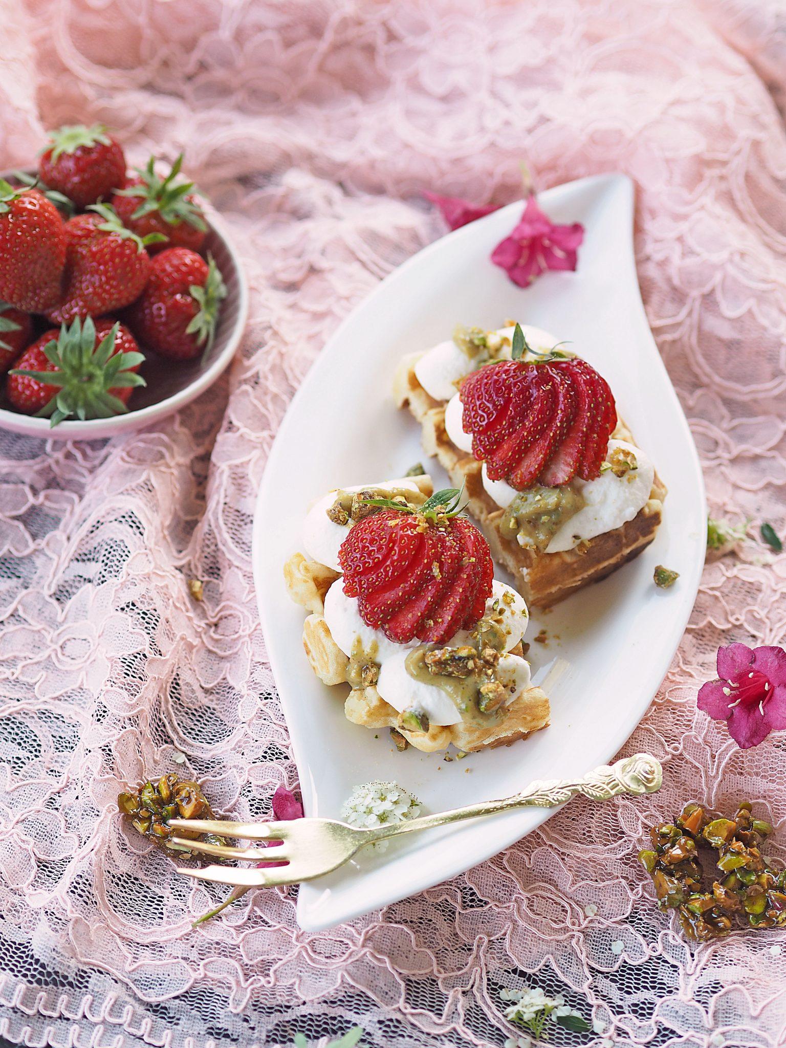 Milchreiswaffeln mit Erdbeeren und Pistazien