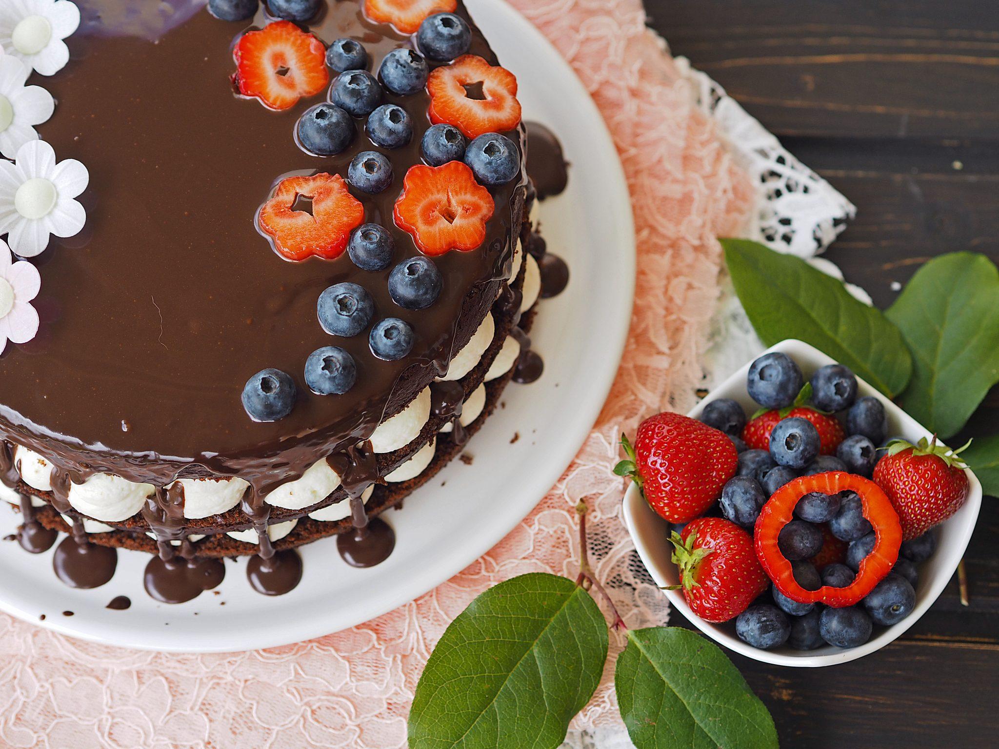 Naked Cake Schokolade und Beeren