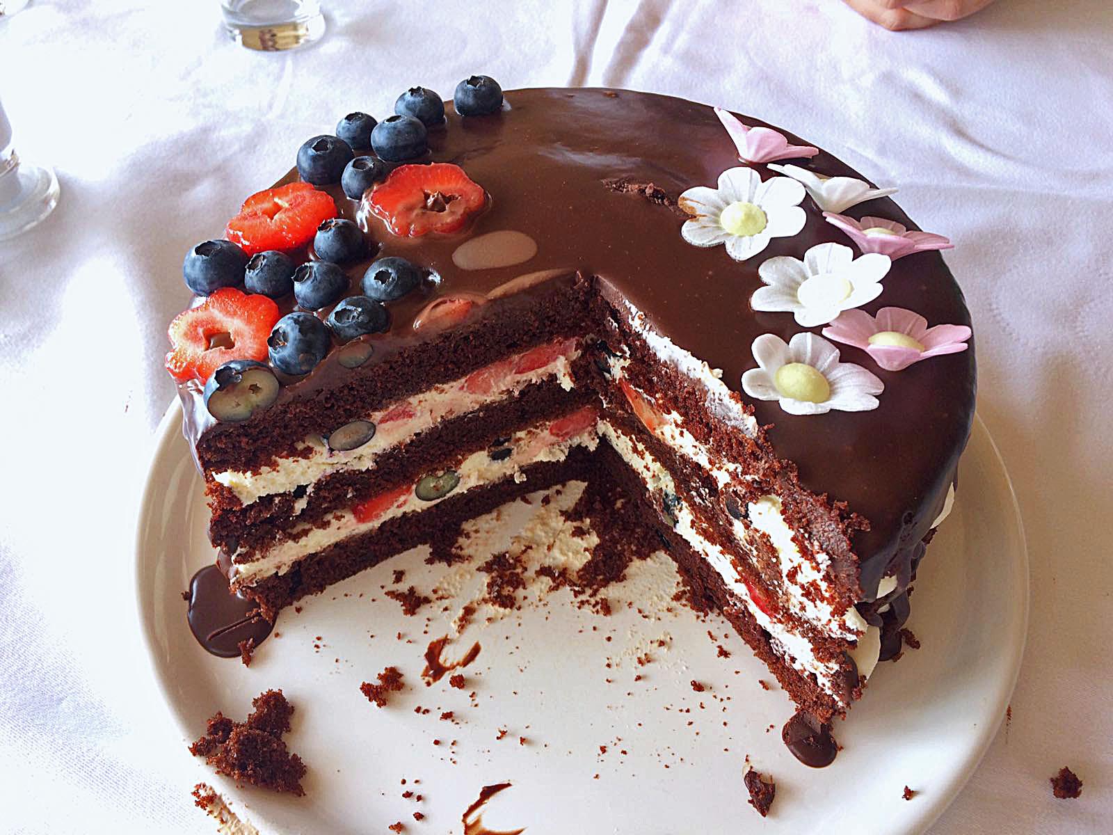 Torte dunkler Teig helle Creme Erdbeeren