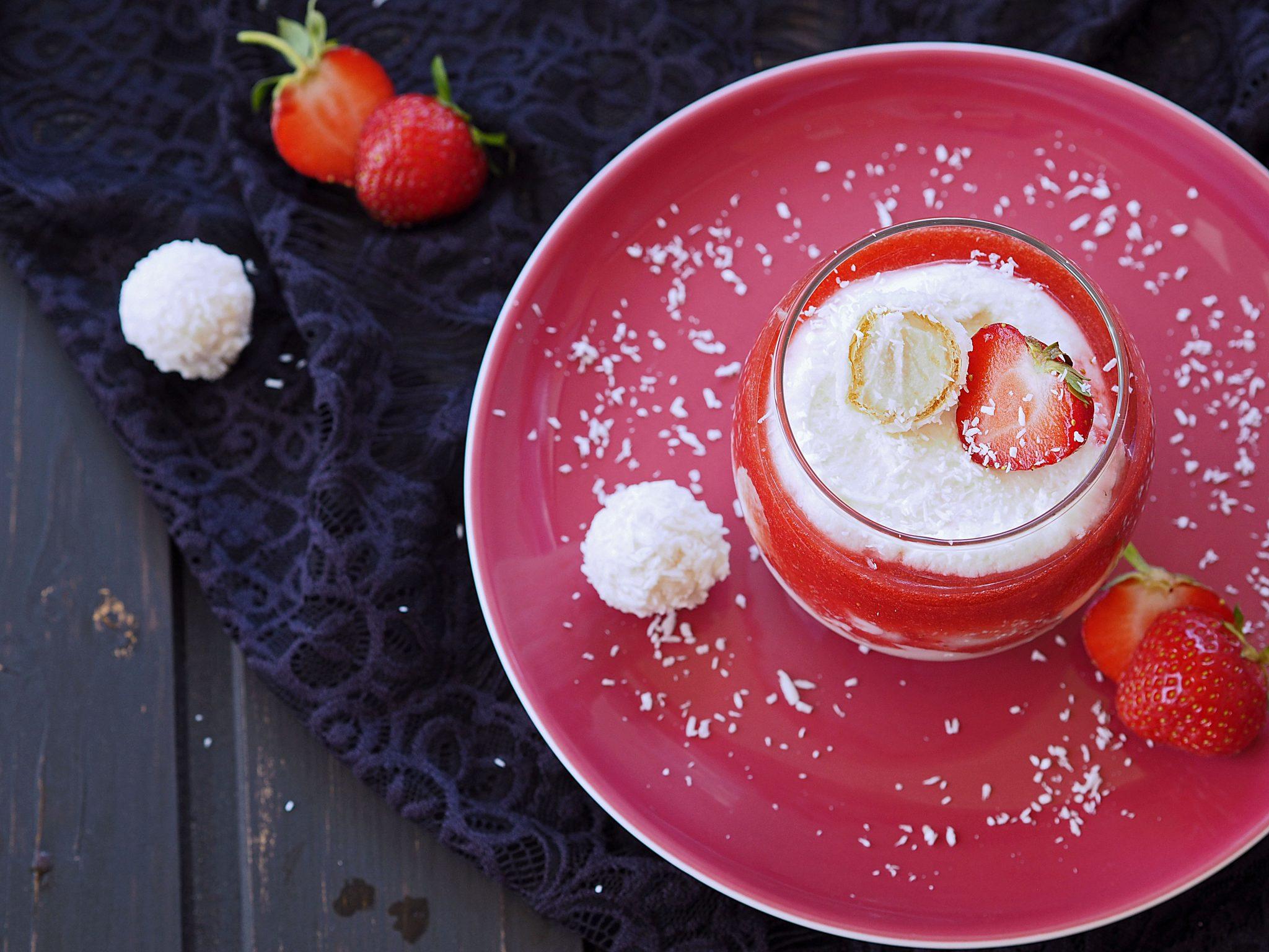 Kokosdessert mit Erdbeeren