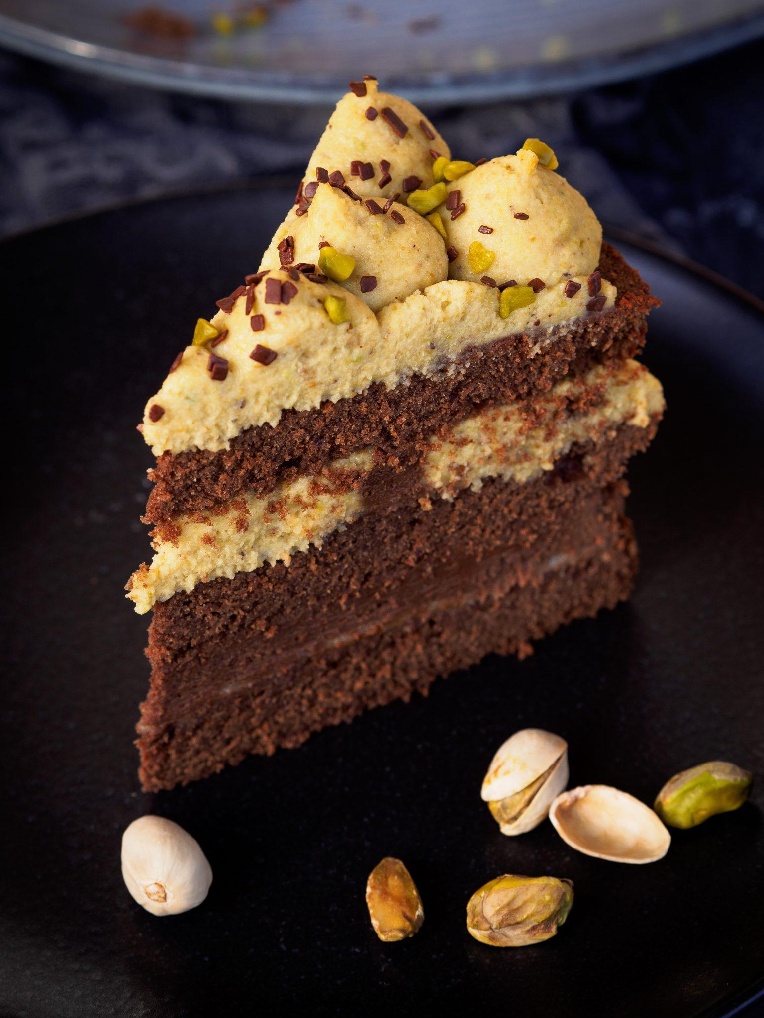 Schokoladentorte mit Marzipan, Nougat und Pistazien