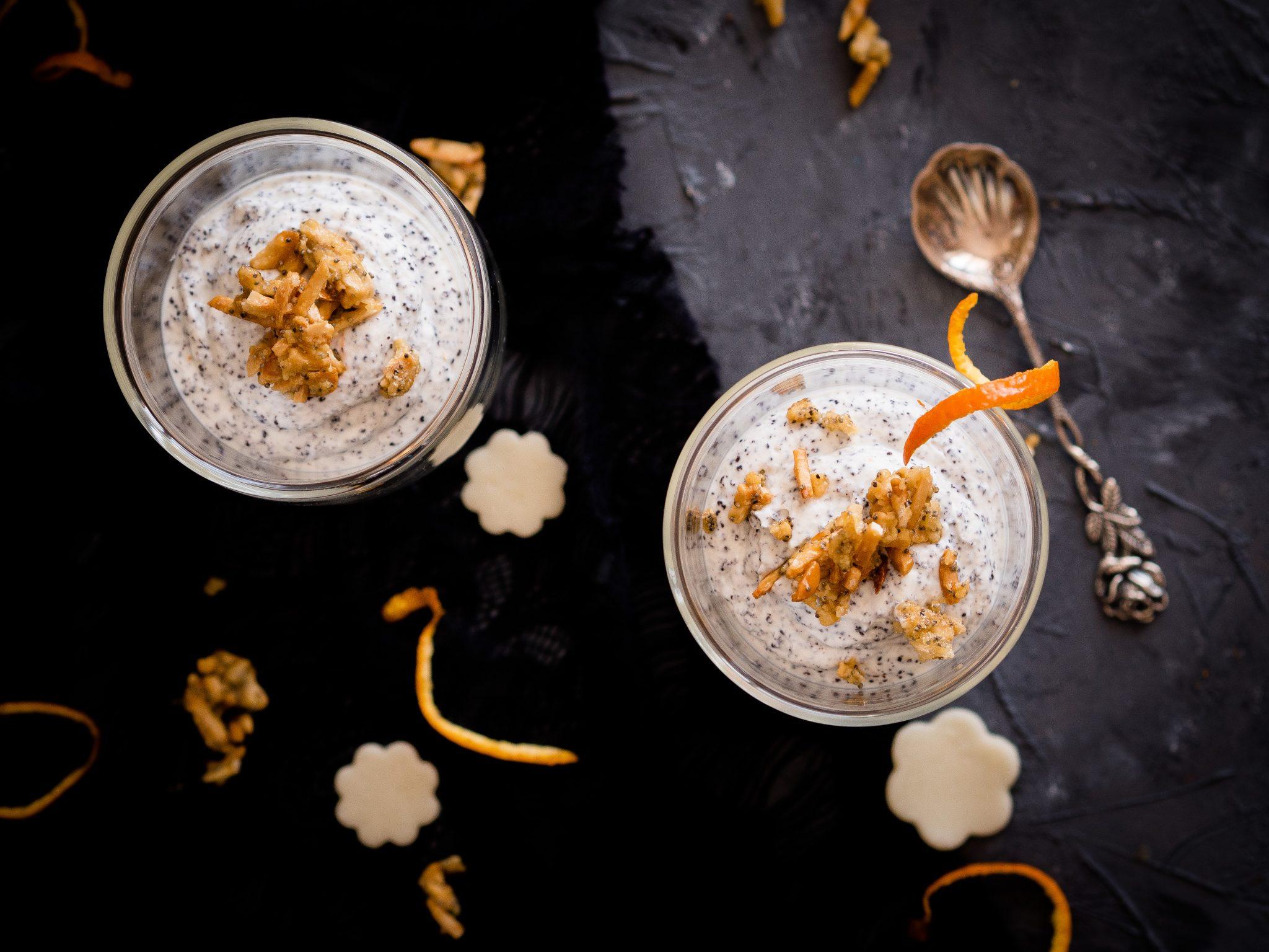 Dessert im Glas mit Marzipan und Mohn