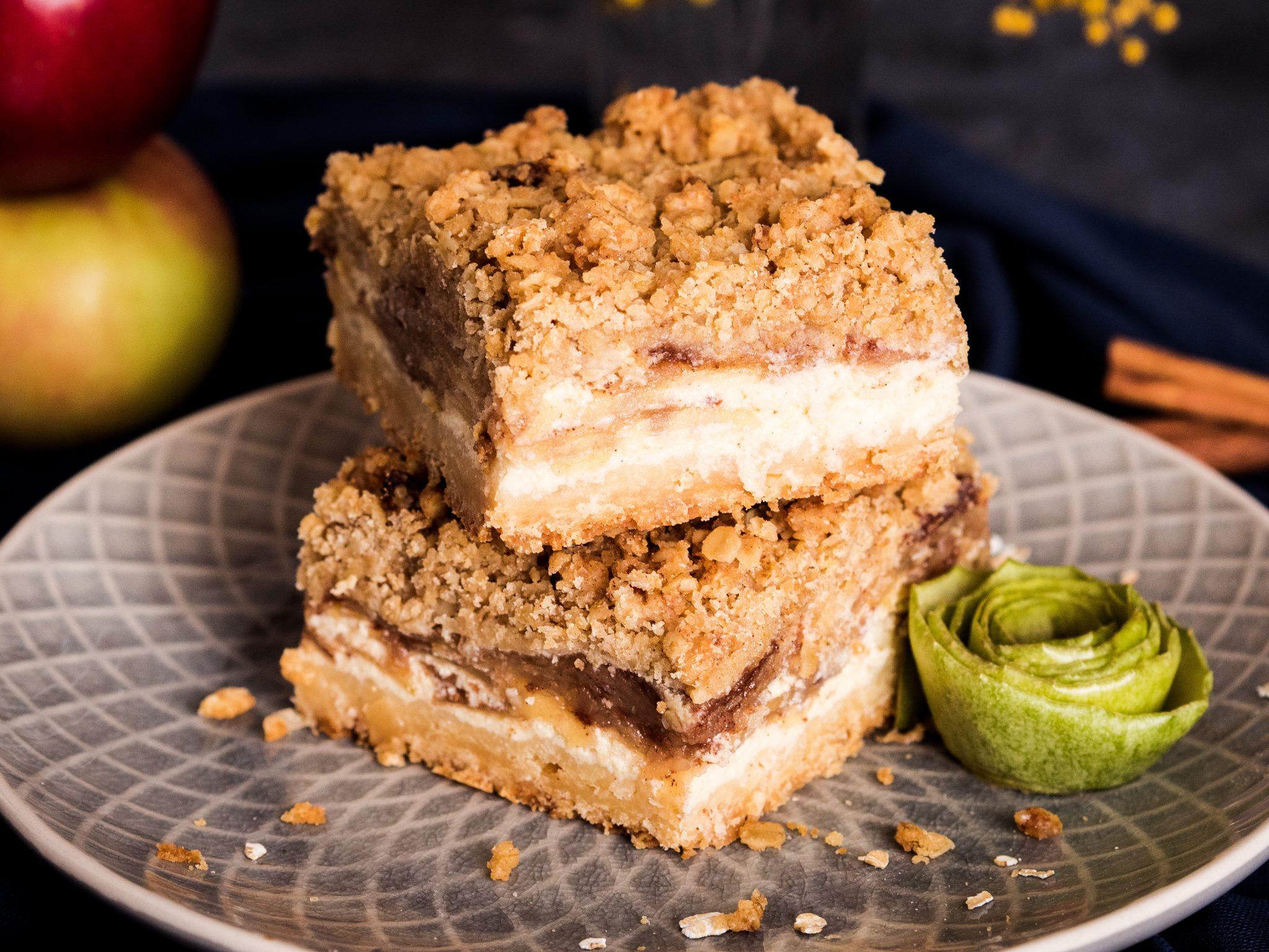 Apfel-Cheesecake-Streuselriegel mit Salzkaramellsauce