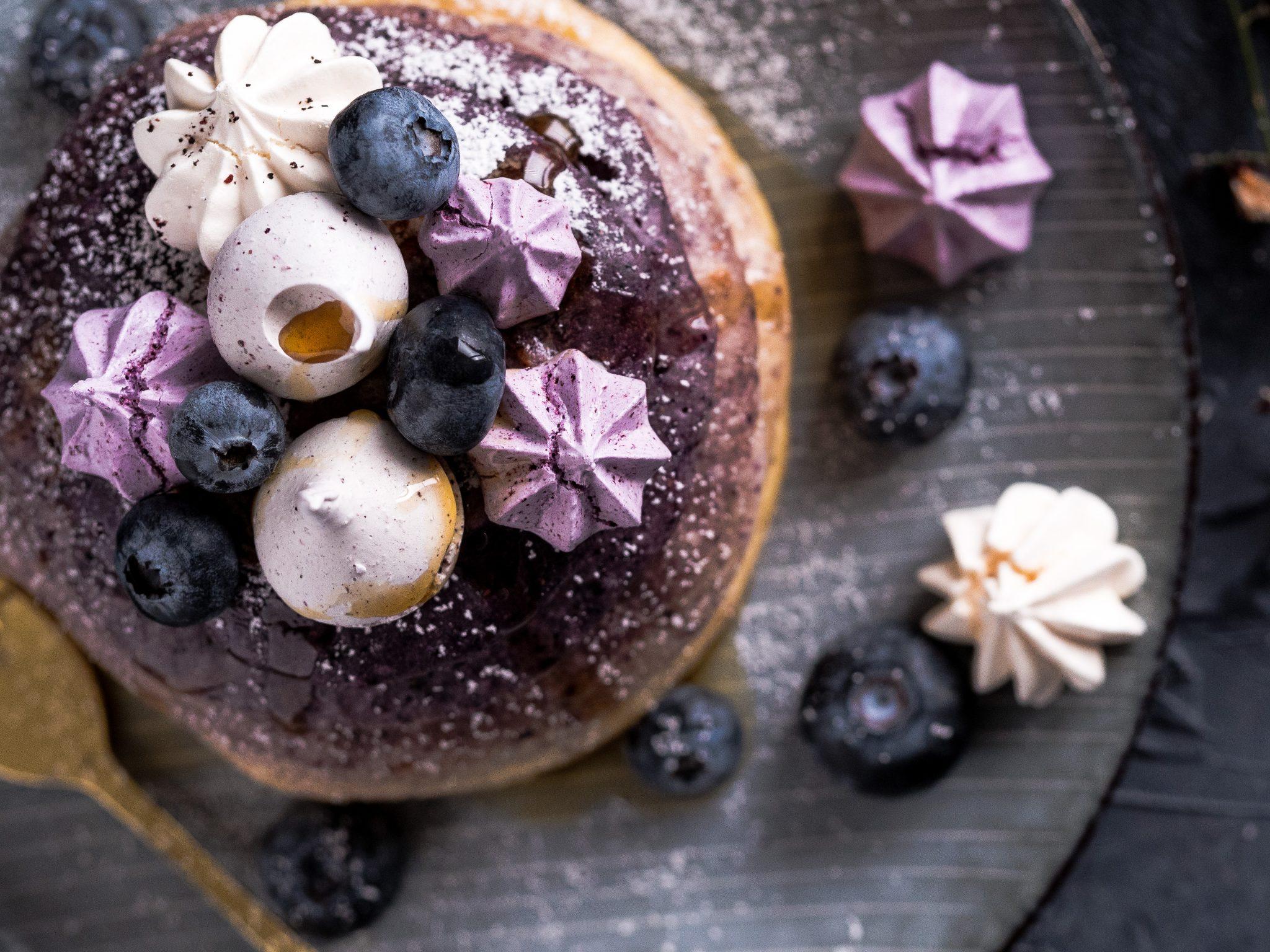 Buttermilch-Pancakes mit Fruchtpulver