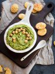 Bärlauch-Hummus Dip mit Crackern