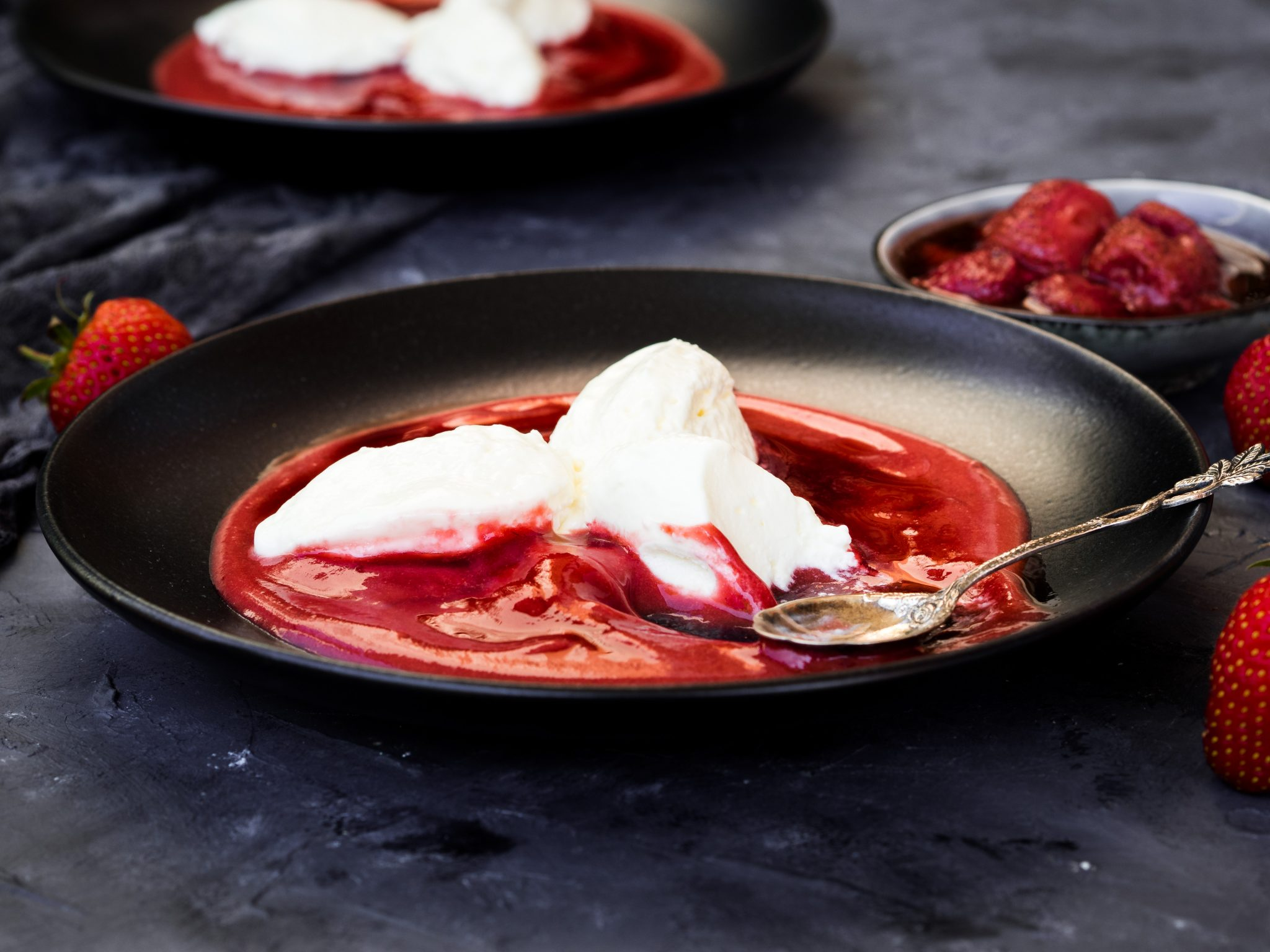 Topfennockerl mit geröstetem Erdbeerspiegel