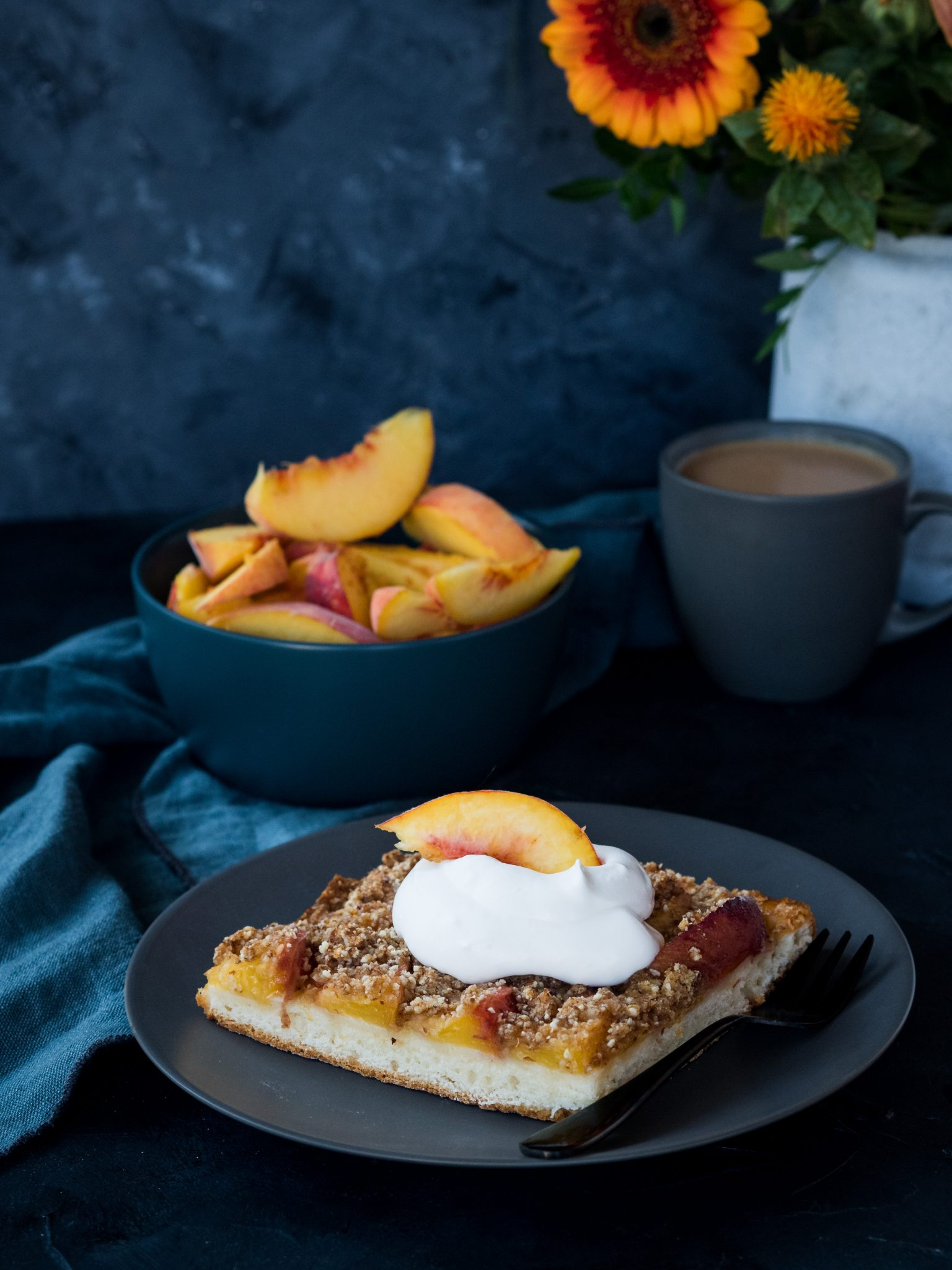 Streusel-Blechkuchen mit Pfirsichen