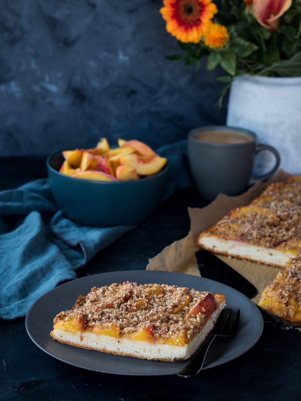 Pfirsich-Blechkuchen mit Streuseln
