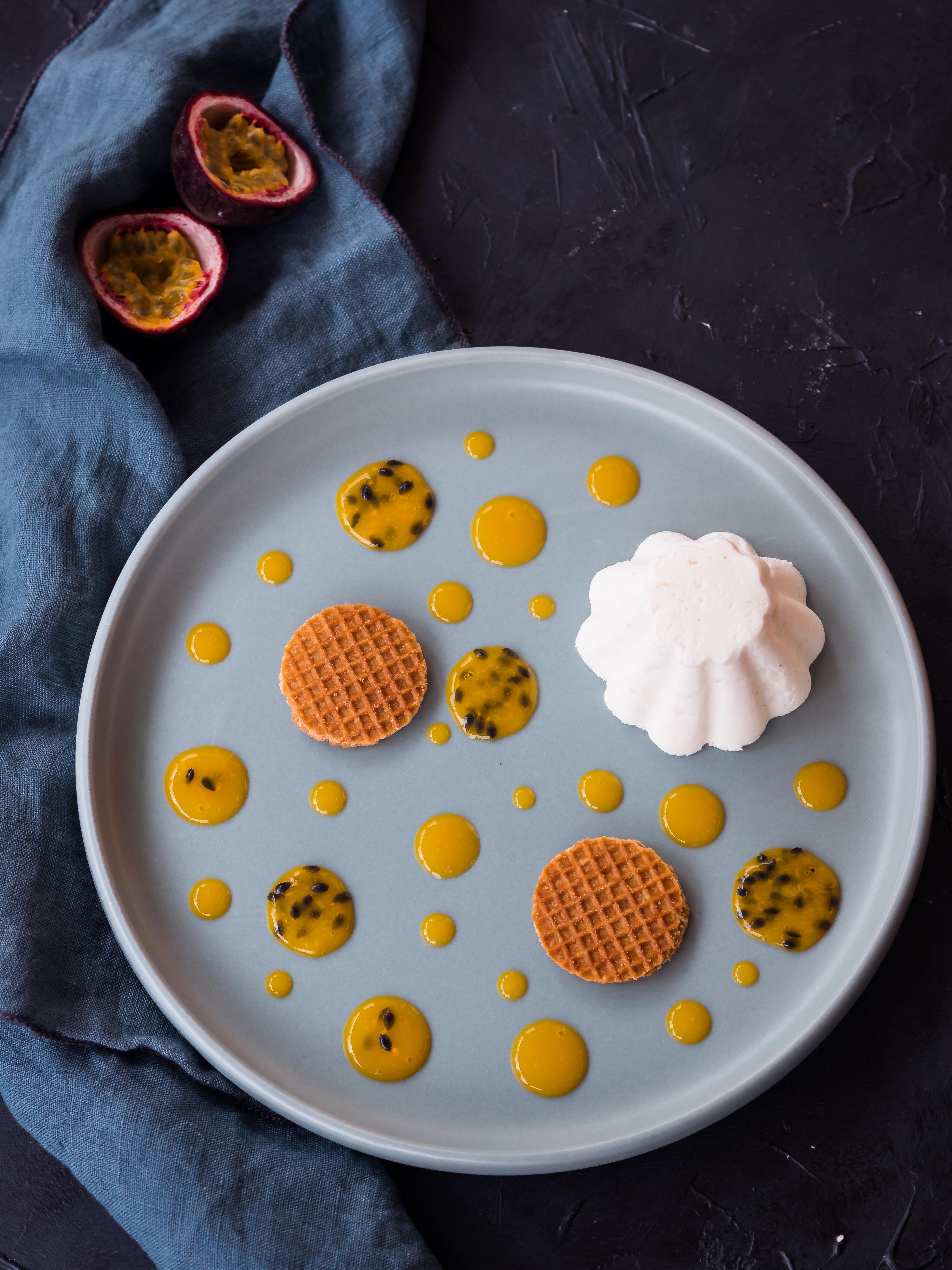 Joghurt-Mousse mit Maracujasauce